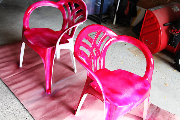 spray-paint-makeover-idea-for-plain-white-plastic-chairs-outdoor-furniture-painted-furniture